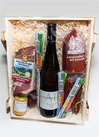 Schwarzwald Holzkiste - Wein in Kiste mit Wurst und Schinkenspezialitäten